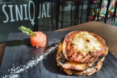 Milhojas de berenjenas con tomate, mozzarella, queso parmesano y albahaca, Siniqual