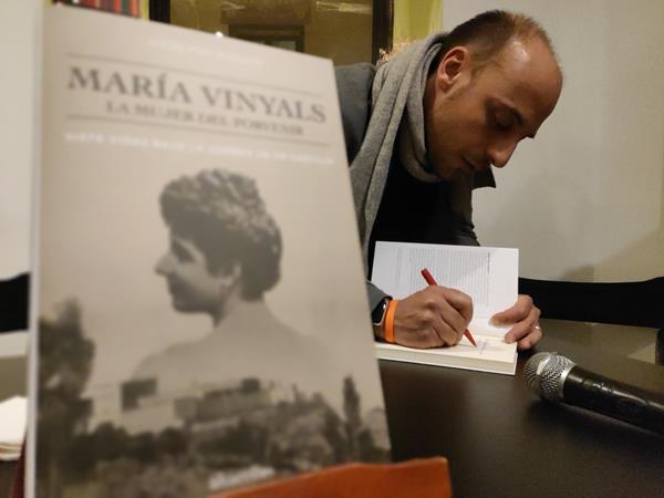 María Vinyals: la historia de una mujer de bandera hecha ensayo